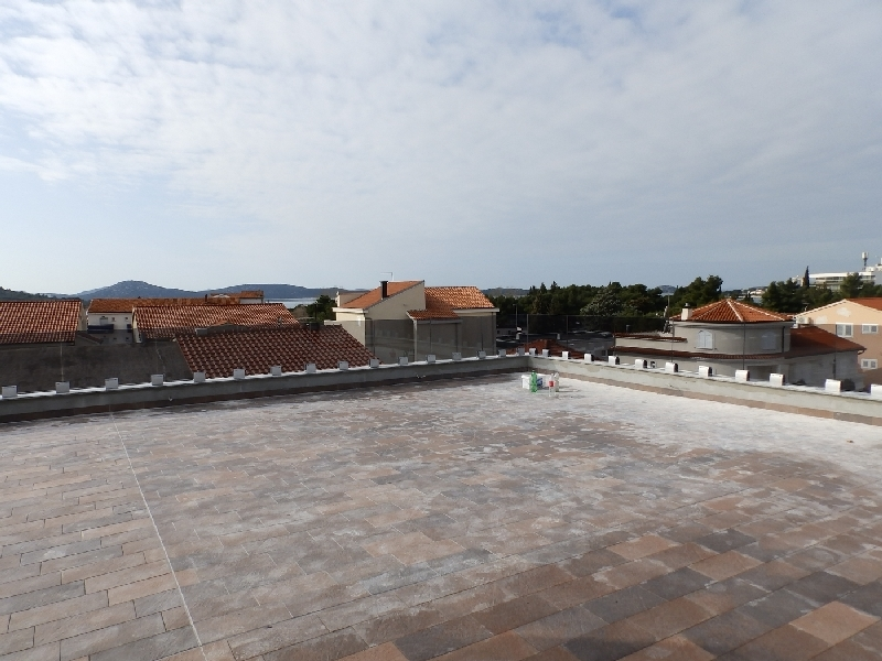 Roof terrace with a beautiful view of the surroundings and the sea.