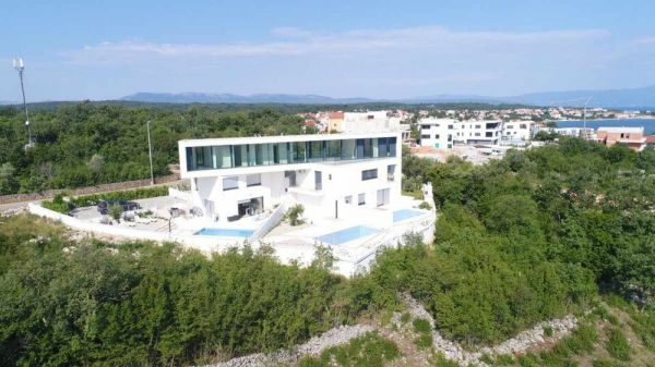 The building with the penthouse for sale in Croatia has swimming pool and sea view.