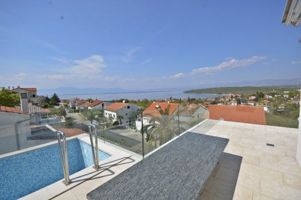 Apartment with roof terrace with swimming pool in Croatia on the island of Krk for sale.