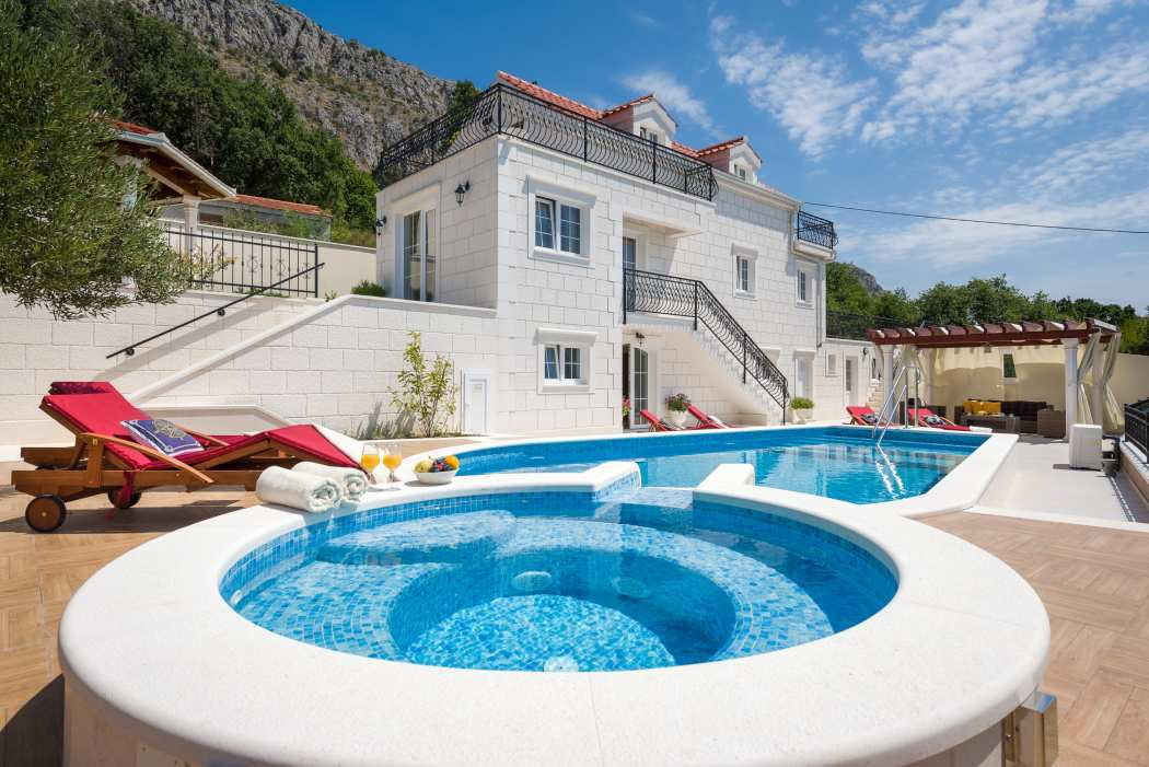 The new villa for sale on the Makarska Riviera has an elegant style and a nice pool