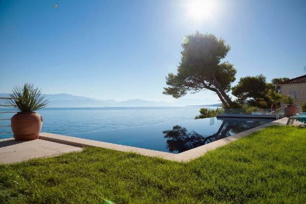 Villa H1000 infinity swimming pool on the seafront in Croatia - Real Estate Croatia.
