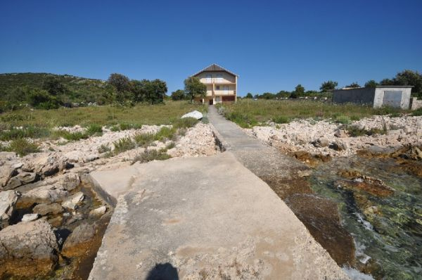 The house by the sea for sale in Croatia in a quiet location - seen from the jetty. Realtor Croatia - Panorama Scouting