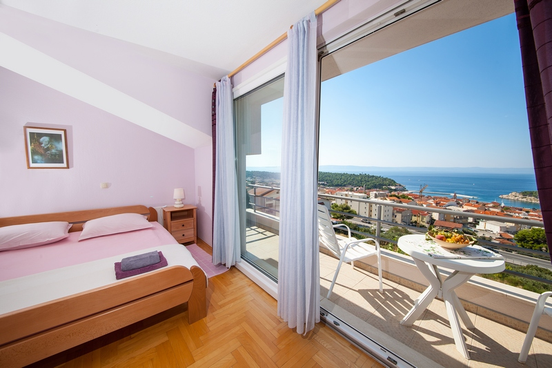 Bedroom with a balcony and a beautiful view of Makarska and the sea.