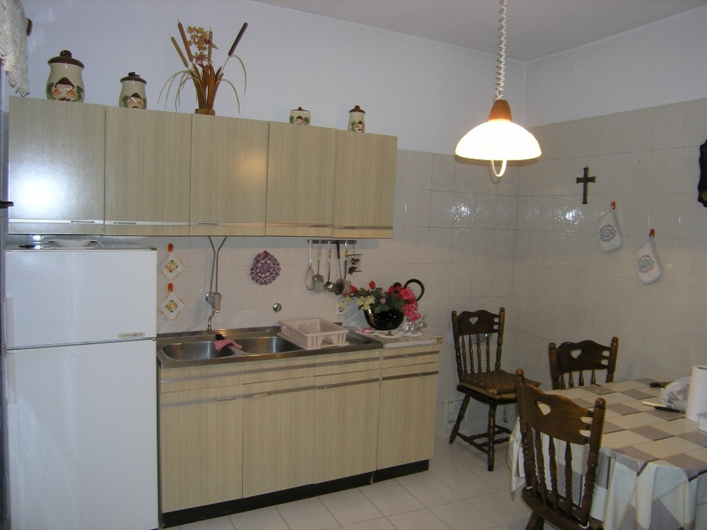 The kitchenette of the property H1275 with dining area in the Zadar region.