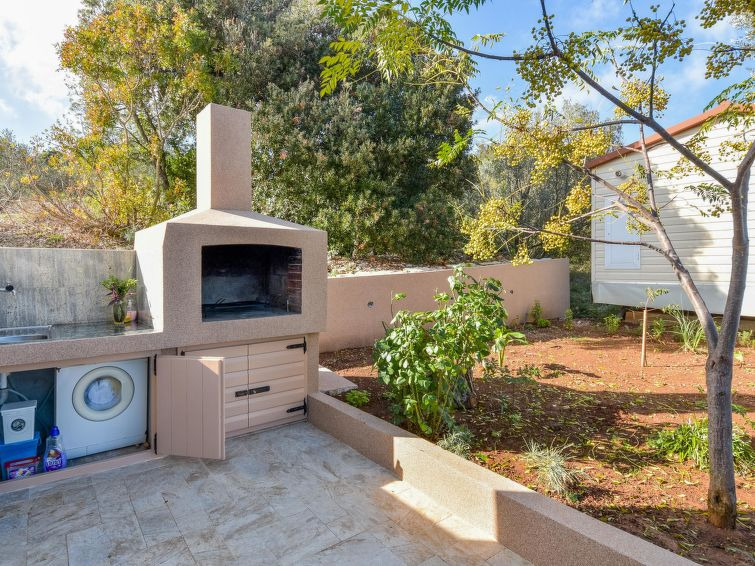 Barbecue area of ​​house H1377 on the island of Iz in Croatia - Panorama Scouting GmbH.
