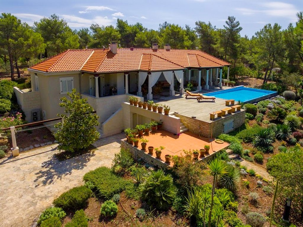 Buy luxury villa by the sea in Croatia - panorama scouting gmbh.