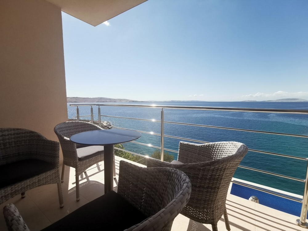 View of the sea and the pool from the balcony of house H1458.