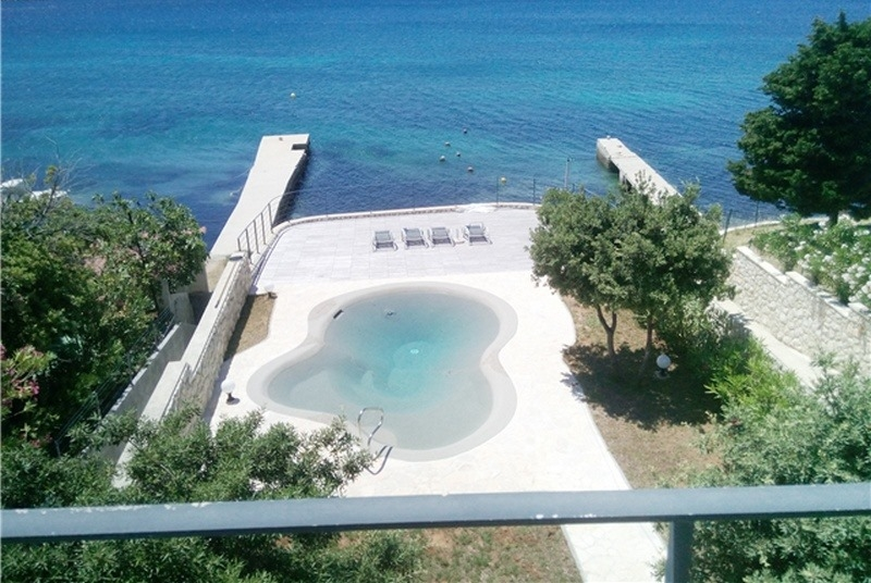Swimming pool of a villa by the sea on the island of Rab for sale - Panorama Scouting GmbH.
