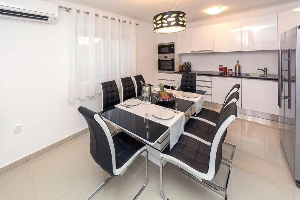 Dining area overlooking the kitchen with all the necessary appliances from H1467.