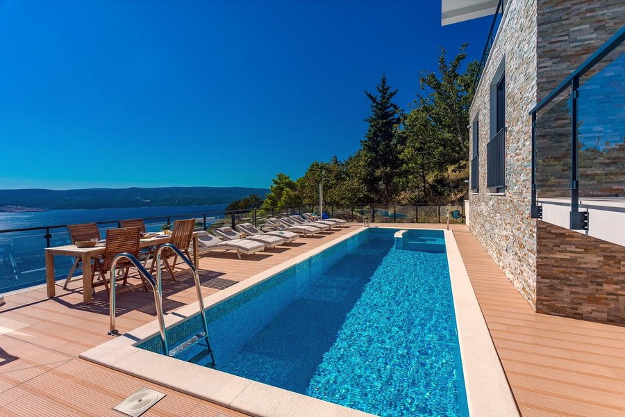 Swimming pool and terrace with fantastic sea views.