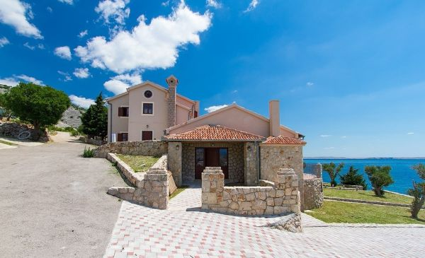 Spacious equipment and rental of luxury villa for sale in Dalmatia seafront