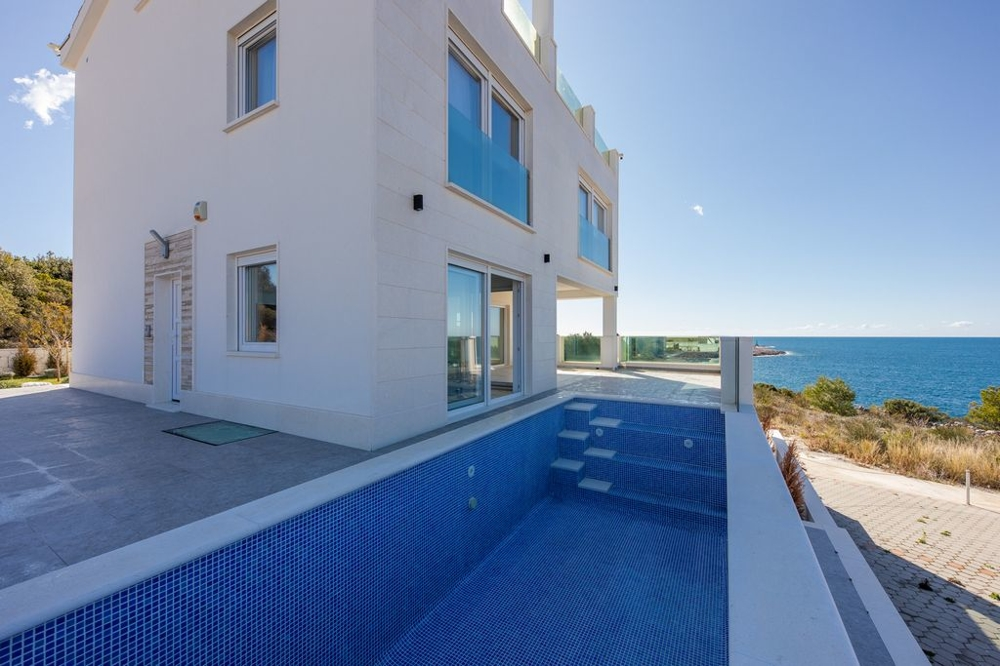 Villas by the sea for sale in Dalmatia.