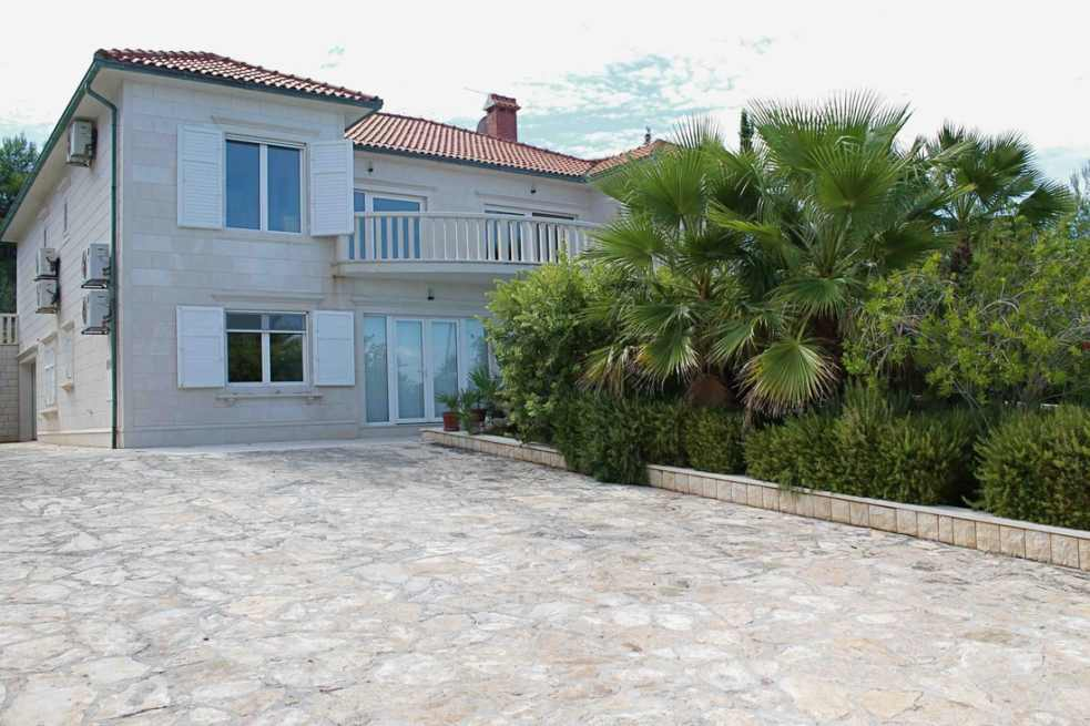 Villa H826 on the seafront on the island of Brac in Dalmatia for sale.