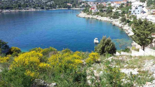 The hillside property directly on the sea in a rare location. Property by the sea - Panorama Scouting